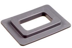Kunststofföse, Quadratisch, 24/42 mm. Eckige PVC/PUR Öse mit eckigen Flanken und ein 24 x 43 mm eckiges Loch. Wird typisch als Lochverstärkung in Banner, Planen, Gebäudeverkleidungen etc. verwendet.