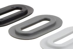 Ovale Kunststofföse, 13/51 mm. Ovale PVC Öse mit eckigen Flanken, für HF/RF-Schweißung an Banner, Planen, Gebäudeverkleidungen etc. 13 x 51 mm Loch. Funktioniert zusammen mit dem Kunststoffhaken 05-646 als Verschluss.